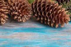 Decoraciones de la Navidad en fondo de madera Imagenes de archivo