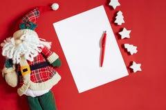 Decoraciones de la Navidad en fondo rojo caliente Tema de la Navidad y del Año Nuevo Lugar para su texto, deseos, logotipo Mofa p Foto de archivo