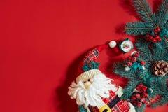Decoraciones de la Navidad en fondo rojo caliente Tema de la Navidad y del Año Nuevo Lugar para su texto, deseos, logotipo Mofa p Fotografía de archivo libre de regalías