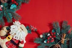 Decoraciones de la Navidad en fondo rojo caliente Tema de la Navidad y del Año Nuevo Lugar para su texto, deseos, logotipo Mofa p Foto de archivo libre de regalías