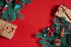Decoraciones de la Navidad en fondo rojo caliente Tema de la Navidad y del Año Nuevo Lugar para su texto, deseos, logotipo Mofa p Imagenes de archivo