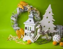Decoraciones de la Navidad en fondo verde Imagen de archivo