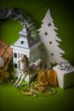 Decoraciones de la Navidad en fondo verde Fotografía de archivo