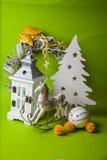 Decoraciones de la Navidad en fondo verde Fotos de archivo