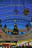 Decoraciones de la Navidad en la alameda de compras Foto de archivo libre de regalías