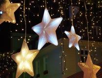 Decoraciones de la Navidad en la ciudad Foto de archivo libre de regalías