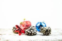 Decoraciones de la Navidad en la nieve Fotos de archivo libres de regalías