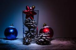 Decoraciones de la Navidad en la nieve Imágenes de archivo libres de regalías