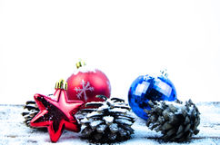Decoraciones de la Navidad en la nieve Imagenes de archivo