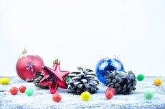 Decoraciones de la Navidad en la nieve Foto de archivo
