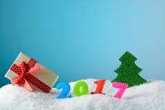 Decoraciones de la Navidad en la nieve en un fondo azul Fotografía de archivo libre de regalías