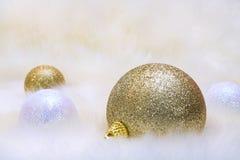 Decoraciones de la Navidad en la pelusa Foto de archivo libre de regalías
