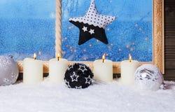 Decoraciones de la Navidad en la ventana Fotografía de archivo libre de regalías