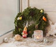 Decoraciones de la Navidad en la ventana la víspera de la Navidad Fotos de archivo