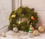 Decoraciones de la Navidad en la ventana la víspera de la Navidad Fotografía de archivo