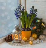Decoraciones de la Navidad en la ventana la víspera de la Navidad Imagenes de archivo