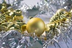 Decoraciones de la Navidad en las guirnaldas de plata y de oro de la guirnalda Imagenes de archivo