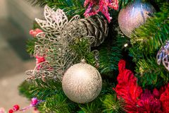 Decoraciones de la Navidad en las ramas del árbol de abeto Imagen de archivo