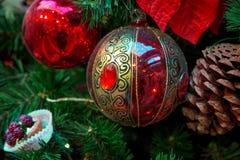 Decoraciones de la Navidad en las ramas del árbol de abeto Imágenes de archivo libres de regalías
