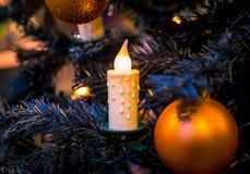 Decoraciones de la Navidad en las ramas del árbol de abeto Fotografía de archivo
