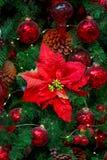 Decoraciones de la Navidad en las ramas del árbol de abeto Fotografía de archivo libre de regalías