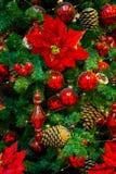 Decoraciones de la Navidad en las ramas del árbol de abeto Foto de archivo libre de regalías