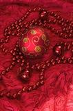 Decoraciones de la Navidad en los accesorios de un fondo del rojo Bola Toy With Bright Lace Año Nuevo Fotos de archivo