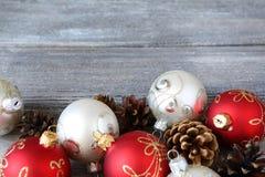 Decoraciones de la Navidad en los tableros de madera Fotografía de archivo libre de regalías