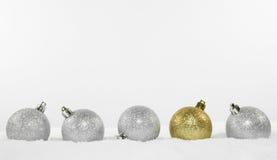 Decoraciones de la Navidad en nieve Imagen de archivo libre de regalías