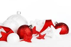 Decoraciones de la Navidad en nieve Fotografía de archivo libre de regalías