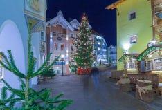 Decoraciones de la Navidad en Ortisei con el árbol Italia de los christams en el ni Foto de archivo libre de regalías