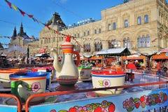 Decoraciones de la Navidad en la Plaza Roja en Moscú Pista de patinaje de la GOMA Foto de archivo