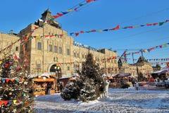 Decoraciones de la Navidad en la Plaza Roja en Moscú Pista de patinaje de la GOMA Fotografía de archivo libre de regalías