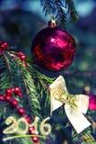Decoraciones de la Navidad en rama del abeto en la puesta del sol Foto de archivo
