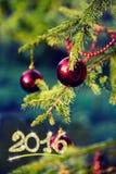Decoraciones de la Navidad en rama del abeto en la puesta del sol Fotografía de archivo libre de regalías