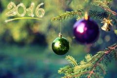Decoraciones de la Navidad en rama del abeto en la puesta del sol Imagen de archivo