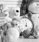 Decoraciones de la Navidad en sitio festivo Muñecos de nieve, osos y actuales cajas imagen de archivo libre de regalías