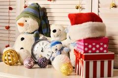Decoraciones de la Navidad en sitio festivo Muñecos de nieve y osos de peluche, foto de archivo libre de regalías