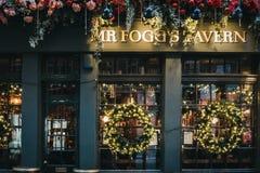 Decoraciones de la Navidad en Sr. La taberna en Covent Garden, Londres, Reino Unido de Fogg foto de archivo libre de regalías