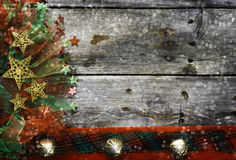 Decoraciones de la Navidad en superficie de madera imagen de archivo libre de regalías