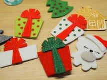 Decoraciones de la Navidad en la tabla de madera imágenes de archivo libres de regalías