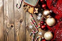 Decoraciones de la Navidad en tarjeta de madera imágenes de archivo libres de regalías