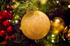 Decoraciones de la Navidad en un árbol Imagen de archivo