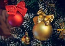 Decoraciones de la Navidad en un árbol de navidad artificial, una fotografía en un estilo del vintage Foto de archivo libre de regalías