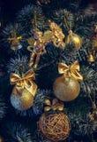 Decoraciones de la Navidad en un árbol de navidad artificial, una fotografía en un estilo del vintage Fotografía de archivo libre de regalías