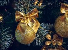 Decoraciones de la Navidad en un árbol de navidad artificial, una fotografía en un estilo del vintage Imagen de archivo