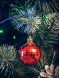 Decoraciones de la Navidad en un árbol de navidad artificial, una fotografía en un estilo del vintage Imágenes de archivo libres de regalías