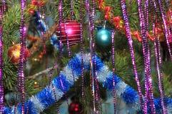 Decoraciones de la Navidad en un árbol de navidad Fotos de archivo