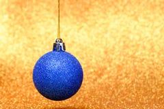 Decoraciones de la Navidad en un fondo del brillo Imagenes de archivo