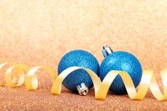 Decoraciones de la Navidad en un fondo del brillo Fotos de archivo libres de regalías